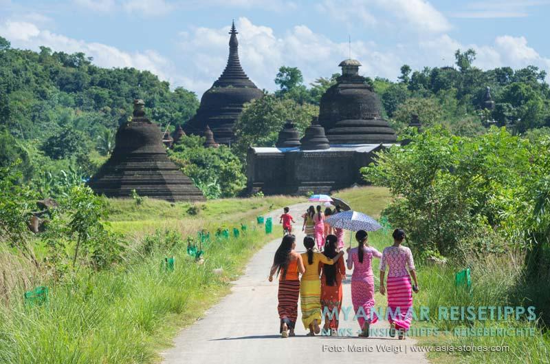 Myanmar Reisetipps | Mrauk U | Frauen auf dem Weg zum Shitthaung-Tempel gehen am Laymyethna-Tempel vorbei.