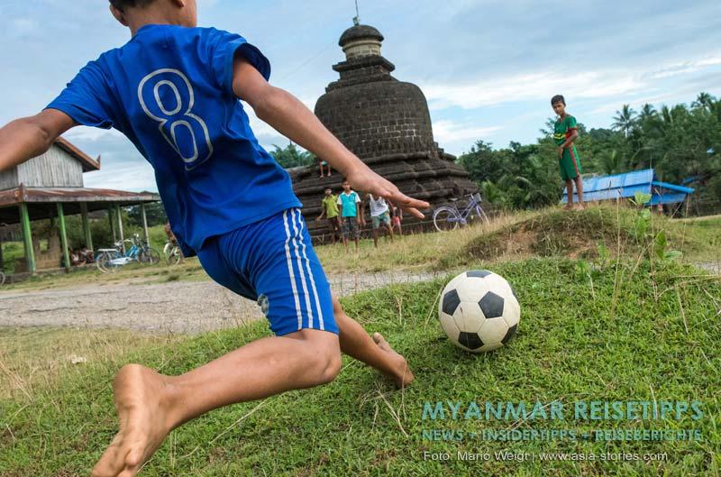 Myanmar Reisetipps | Mrauk U | Am Nachmittag spielen die Kids zwischen den Tempeln Fußball