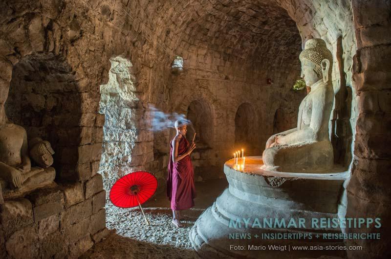 Myanmar Reisetipps | Mrauk U | Betender Mönch vor einer der vier Buddha-Statuen im Laymyethna-Tempel