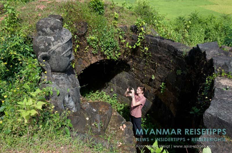 Myanmar Reisetipps | Mrauk U | Um die Pizi-Pagode führt ein Rundgang zu vier verschiedenen Buddhas, die in je eine der vier Himmelsrichtung schauen.
