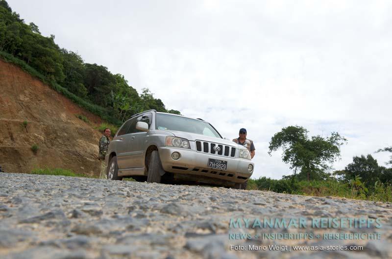 Myanmar Reisetipps | Mrauk U | Unser Taxi von Magwe nach Mrauk U und die zwei Fahrer im Hintergrund
