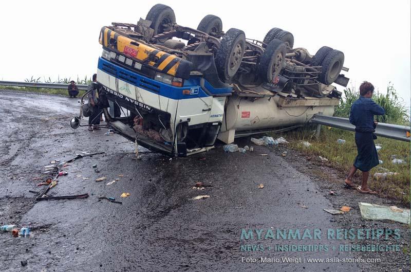 Myanmar Reisetipps | Mrauk U | Unfall auf der rutschigen Straße zwischen Magwe und Mrauk U