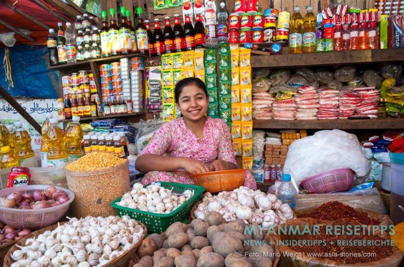 Mawlamyaing (Mawlamyine)   Dieser Marktstand bietet fast alles was das Herz begehrt.