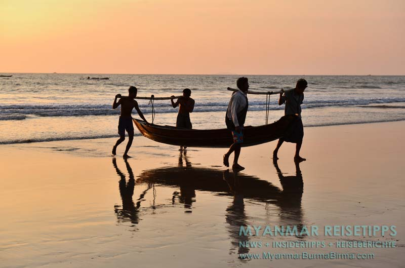 Myanmar Reisetipps | Ngwe Saung Beach (Silberstrand) | Fischer tragen ein Beiboot an Land.