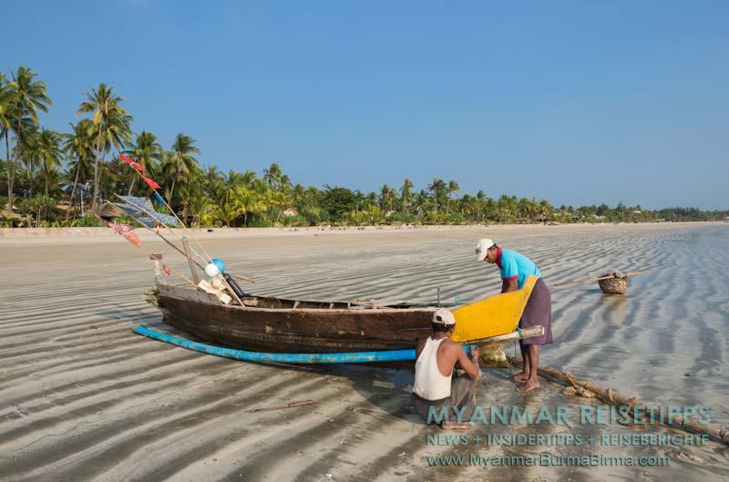 Myanmar Reisetipps | Ngwe Saung Beach (Silberstrand) | Fischer reparieren ihr Boot am Strand.