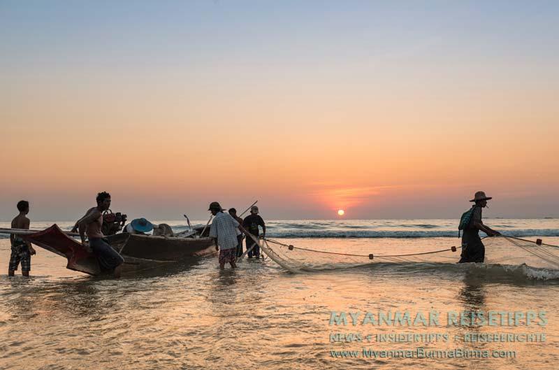 Myanmar Reisetipps   Ngwe Saung Beach (Silberstrand)   Fischer packen ihr Netz für den nächsten Morgen zusammen.