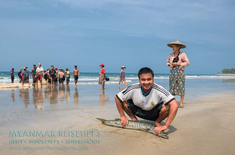 Myanmar Reisetipps   Ngwe Saung Beach (Silberstrand)   Dieser Fischer zeigt stolz seinen Fang.