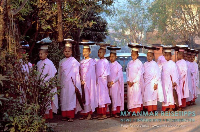 Myanmar Reisetipps   Mawlamyaing (Mawlamyine)   Nonnen beim Almosengang am frühen Morgen