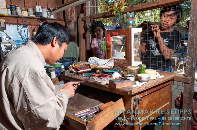 Myanmar Reisetipps | Bhamo | Goldschmied bei der Arbeit