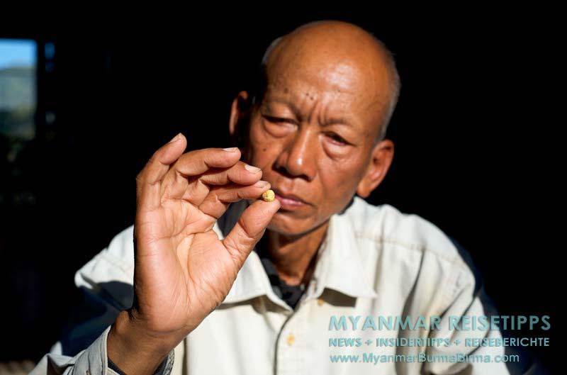 Myanmar Reisetipps | Bhamo | Guide U Sein Win zeigt einen Goldklumpen