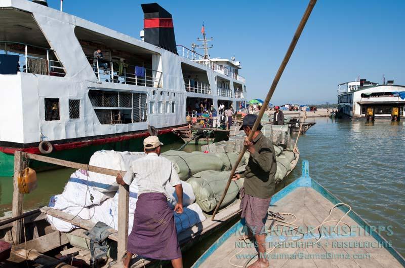 Myanmar Reisetipps | Bhamo | Die IWT-Fähre nach Mandalay wird beladen.