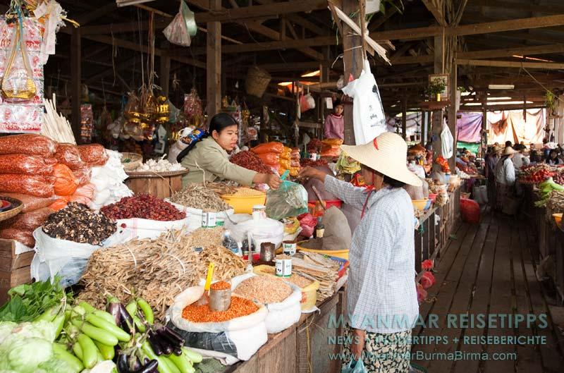 Myanmar Reisetipps | Bhamo | Überdachter Markt mit viel Gemüse und Gewürzen