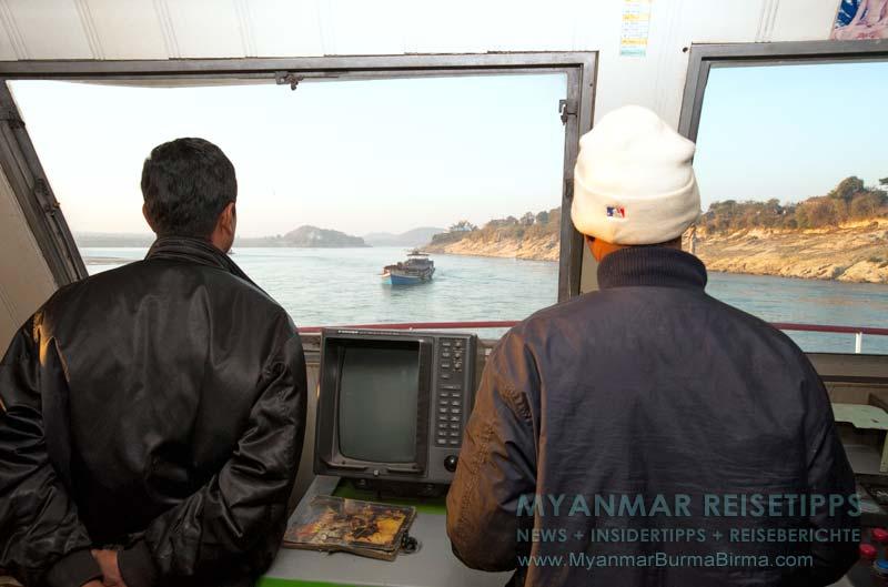 yanmar Reisetipps | Flussfahrt Bhamo nach Mandalay | Hier wird die IWT-Fähre gesteuert
