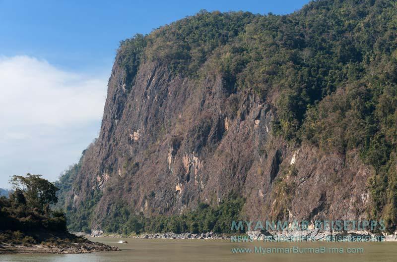 Myanmar Reisetipps | Flussfahrt Bhamo nach Mandalay | Zweiter Engpass mit schroffen Karstfelsen hinter Sinkhan