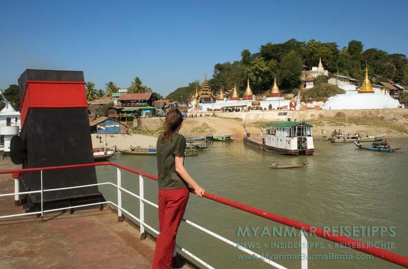 Myanmar Reisetipps | Flussfahrt Bhamo nach Mandalay | Überall am Ufer goldene Pagoden und Stupas