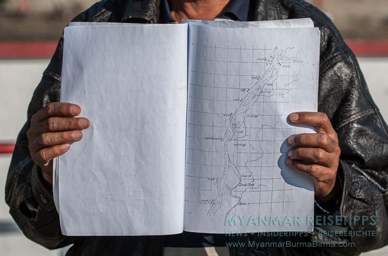 Myanmar Reisetipps | Flussfahrt Bhamo nach Mandalay | Der Kapitän zeigt uns die Karte für die Navigation durch die Sandbänke.