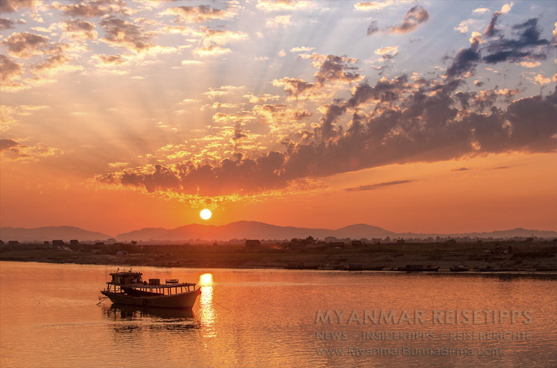 Myanmar Reisetipps | Flussfahrt Bhamo nach Mandalay | Bhamo zum Sonnenuntergang | Von hier geht die Schiffsreise los.