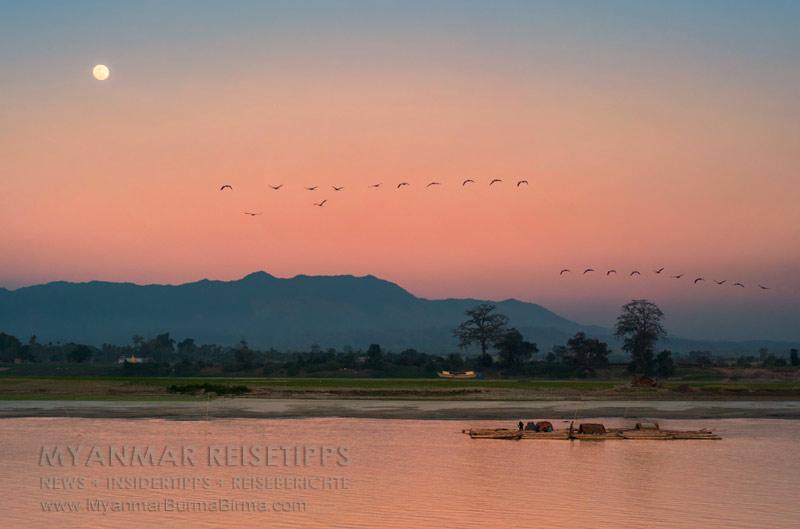 Myanmar Reisetipps | Flussfahrt Bhamo nach Mandalay | Fast Vollmond über dem Ayeyarwady