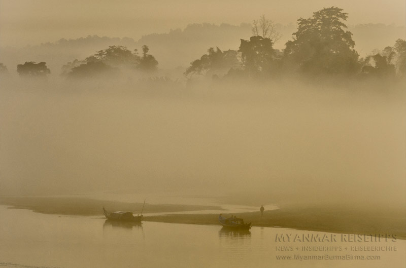 Myanmar Reisetipps | Flussfahrt Bhamo nach Mandalay | Nebel am frühen Morgen