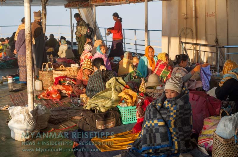Myanmar Reisetipps | Flussfahrt Bhamo nach Mandalay | Passagiere im offenen Deck