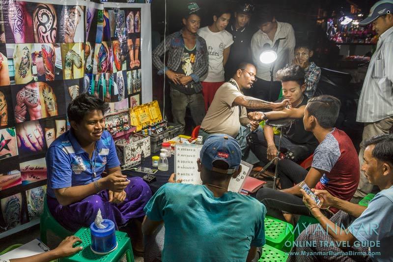 Myanmar Reisetipps | Myeik | Tattoostudio auf dem Nachtmarkt