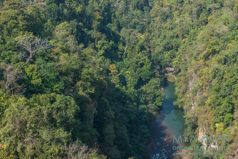 Myanmar Reisetipps | Mit dem Zug von Mandalay nach Hsipaw | Schlucht unter dem Viadukt