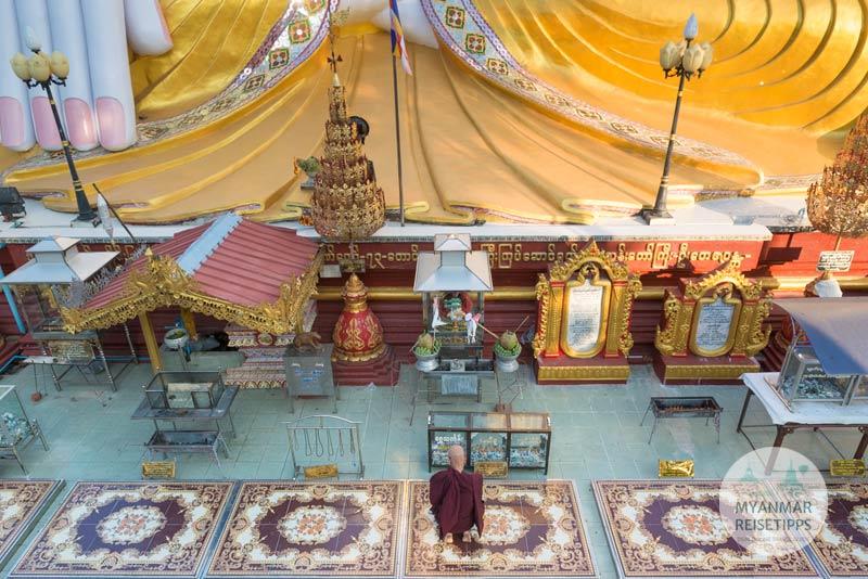Myanmar Reisetipps | Pyay | Betender Mönch am Sockel des Sehtatgyi-Buddha