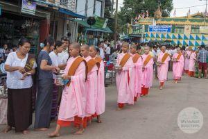 Myanmar Reisetipps | Hpa-an | Nonnen beim Almosengang