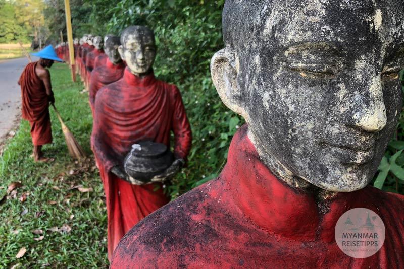 Myanmar Reisetipps | Hpa-an | Mönchsreihe aus Beton vor der Höhle Kaw Ka Taung