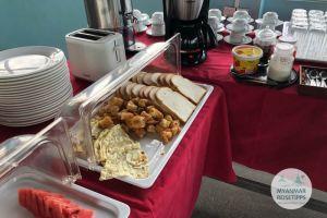 Myanmar Reisetipps | Hpa-an | Kleines Frühstückbuffet auf der Dachterasse