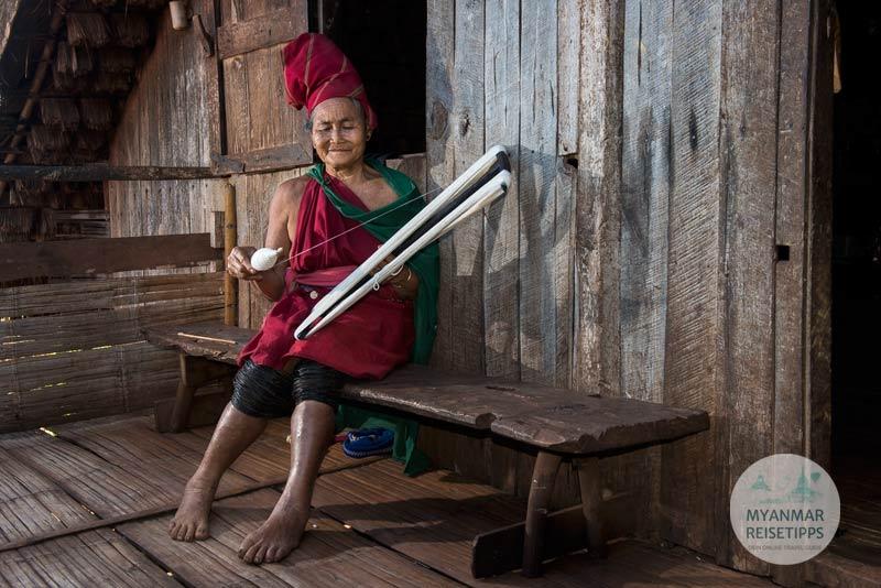 Myanmar Reisetipps | Loikaw | Traditionell gekleidete Frau der Kayah im Dorf Daw Ta Ma Gyi