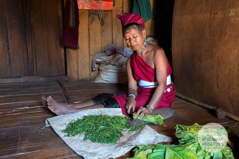 Myanmar Reisetipps | Loikaw | Kayah-Frau beim Tabak schneiden im Dorf Daw Ta Ma Gyi