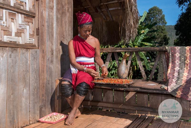 Myanmar Reisetipps | Loikaw | Kayah-Frau sortiert Chili im Dorf Daw Ta Ma Gyi