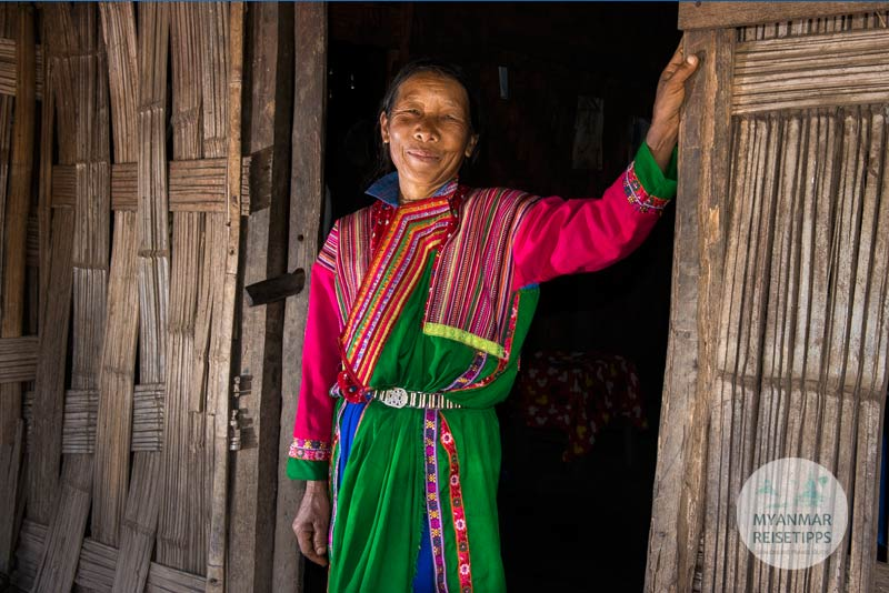 Myanmar Reisetipps | Loikaw | Traditionell gekleidete Frau der Lisu im Dorf I-San