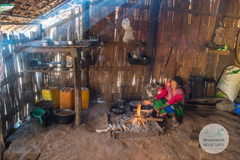Myanmar Reisetipps | Loikaw | Traditionell gekleidete Frau der Lisu in ihrem Haus