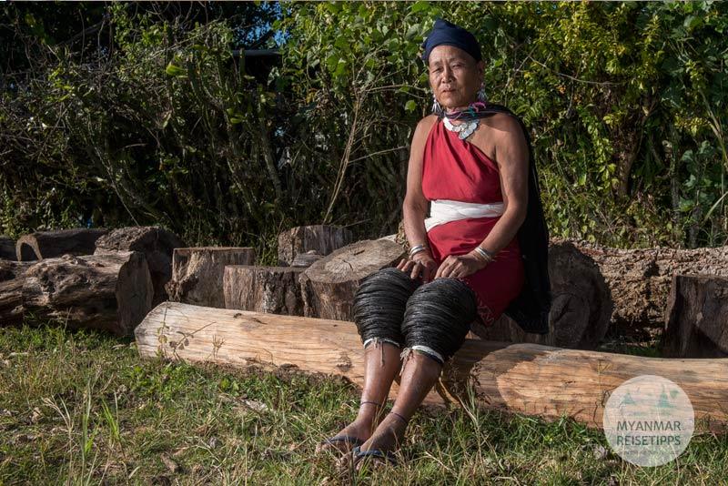 Myanmar Reisetipps | Loikaw | Traditionell gekleidete Frau der Kayah