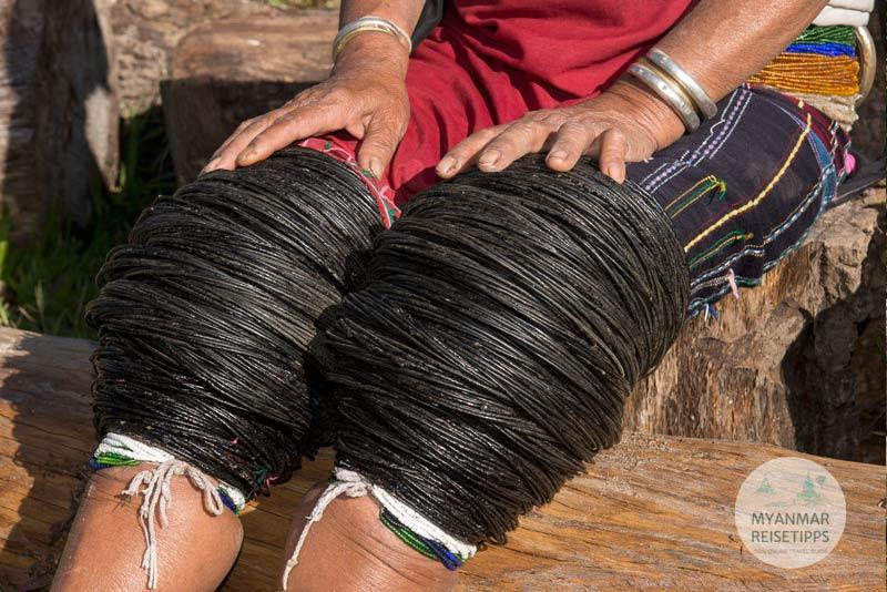 Myanmar Reisetipps | Loikaw | Traditionell tragen Frau der Kayah Lackware-Ringe um die Knie.
