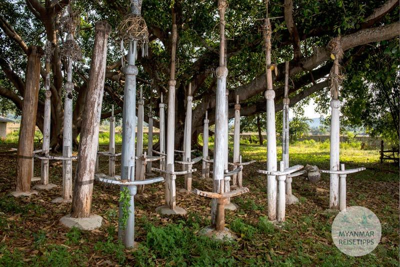 Myanmar Reisetipps | Loikaw | Totempfähle im Dorf Dor So Bee
