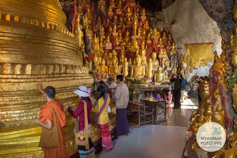 Myanmar Reisetipps | Pindaya | Auch hier wird, wie überall in Myanmar, Blattgold gespendet.