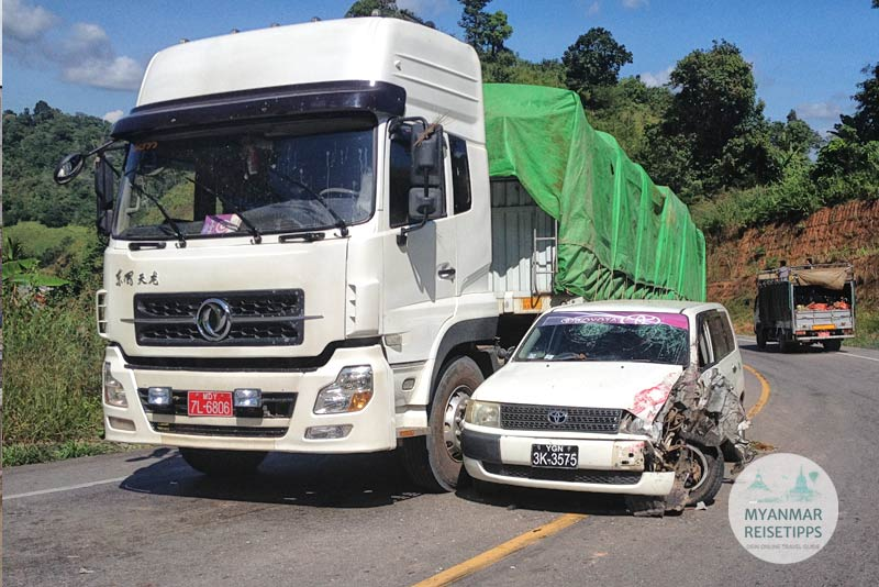 Myanmar Reisetipps | Einreise auf dem Landweg | Unfall zwischen Myawaddy und Mae Sot