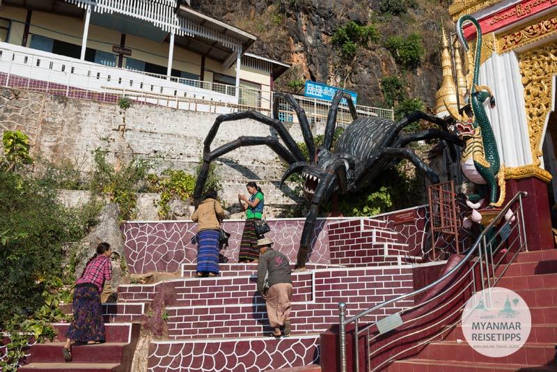 Myanmar Reisetipps | Pindaya | Riesenspinne am Eingang zur Shwe-U-Min-Höhle