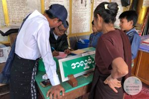 Myanmar Reisetipps | Pyay | Spende für den Brillen-Buddha
