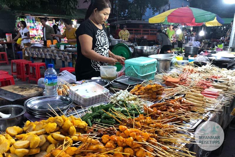 Myanmar Reisetipps | Pyay | Grillspieße auf dem Nachtmarkt