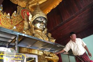 Myanmar Reisetipps | Pyay | Blattgoldspende in der Shwebawtha-Pagode