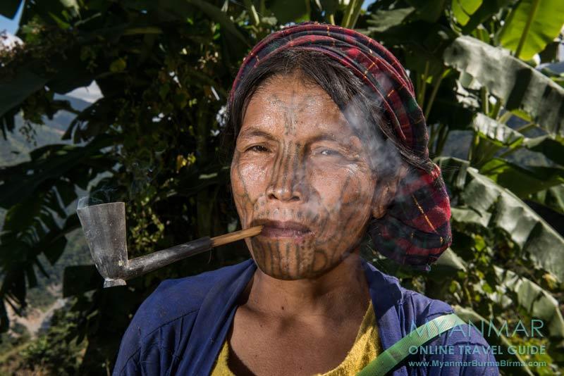 Myanmar Reisetipps | Mindat | Chin-Frau mit Gesichtstätowierung