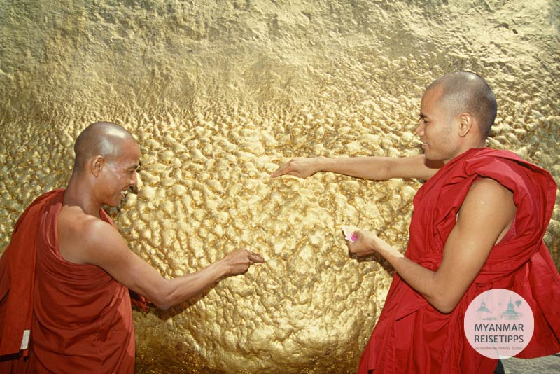 Myanmar Reisetipps | Kyaikhtiyo | Mönche spenden Blattgold am Goldenen Felsen