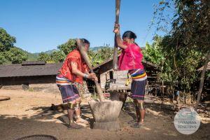 Myanmar Reisetipps | Loikaw | Frauen vom Volk der Kayaw beim Stampfen von Hirse in Htay Kho