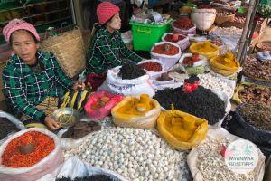 Myanmar Reisetipps | Loikaw | Marktstand mit Gewürzen, Knoblauch und Tee