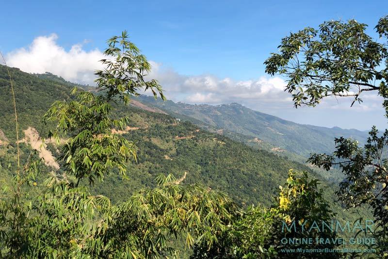 Myanmar Reisetipps | Mindat | Blick vom Chin-Dorf An Laung. Im Hintergrund: Mindat auf dem Bergrücken