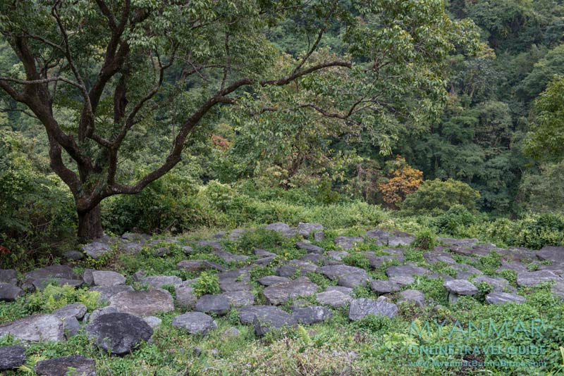 Myanmar Reisetipps | Mindat | Friedhof mit Steingräber im Chin-Dorf Kyardo